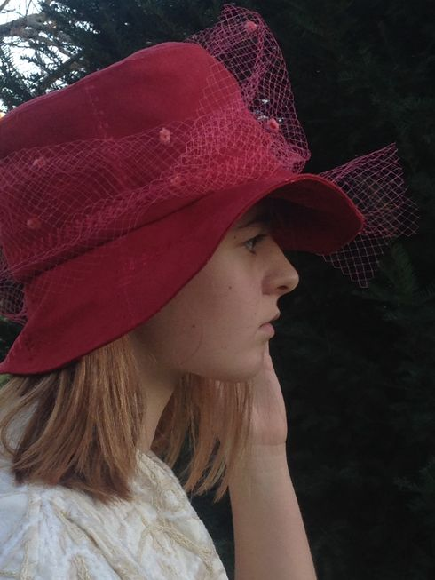 chapeau voilette en suédine rouge cerise. Il vous protègera du froid comme de la pluie